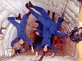 Astronauti ve stavu beztíže (foto: NASA)