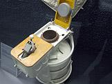 Ruská toaleta na vesmírné stanici MIR (foto: Claus Ableiter, wikiemdia.org)